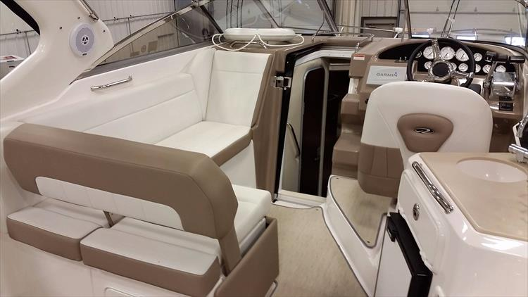 Photo 15 of 49 - 2016 Regal 30 Express for sale
