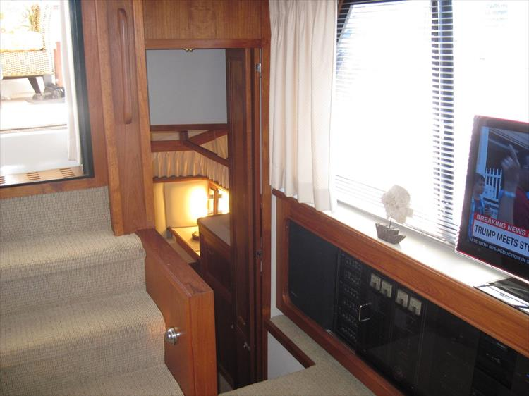 Photo 40 of 54 - 1988 Carver 4207 Aft Cabin Motor yacht for sale