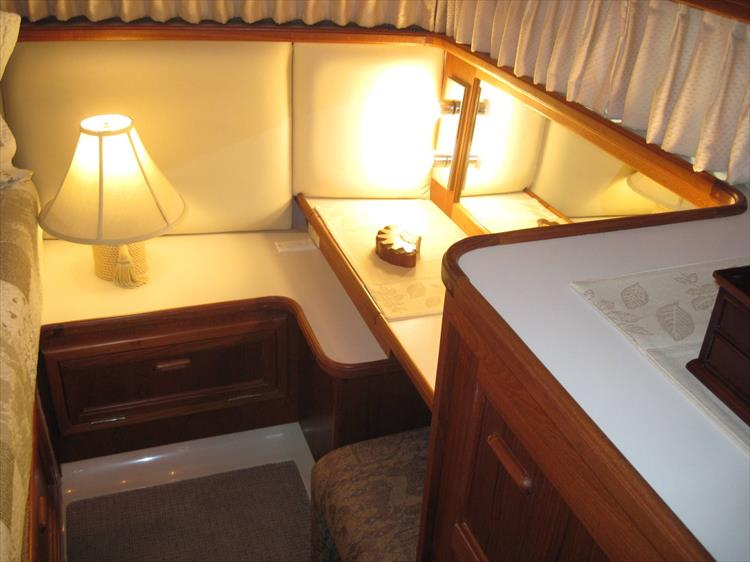 Photo 42 of 54 - 1988 Carver 4207 Aft Cabin Motor yacht for sale