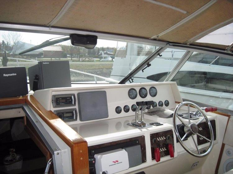 Photo 13 of 52 - 1985 Sea Ray 390 Express for sale