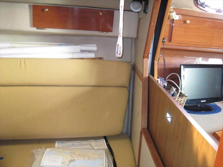 Photo 44 of 52 - 1985 Sea Ray 390 Express for sale